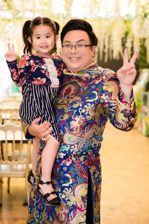 Sau khi ly hôn Thu Hiền, bé Grammy sống với Gia Bảo. Cô bé năm nay đã hơn 3 tuổi và rất lém lỉnh, đáng yêu. Suốt buổi, cô bé quấn quýt lấy cô ruột và ngoan ngoãn nghe lời người lớn.