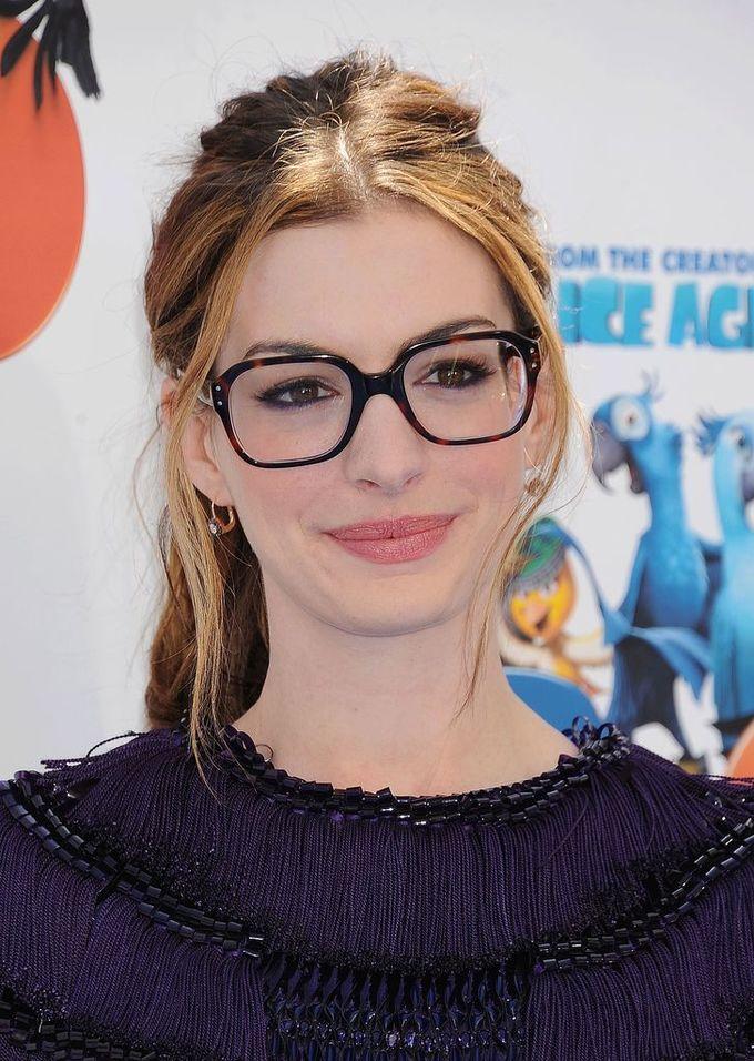 <p> Kính gọng đồi mồi mang tới cho nữ diễn viên Anne Hathaway một vẻ ngoài sang trọng, cổ điển và vô cùng phong cách.</p>