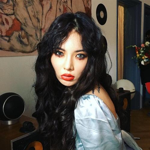 Hyun Ah makeup đậm, môi tều trông có chút ma quái.