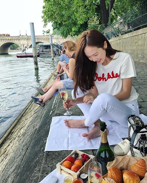Jessica cười tươi rói đi picnic bên bờ sông.