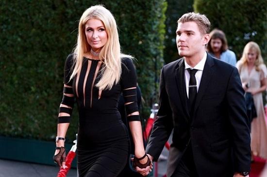 Paris Hilton là cô nàng tiệc tùng, trong khi vị hôn thê Chris Zylka lại có tính cách đối nghịch.
