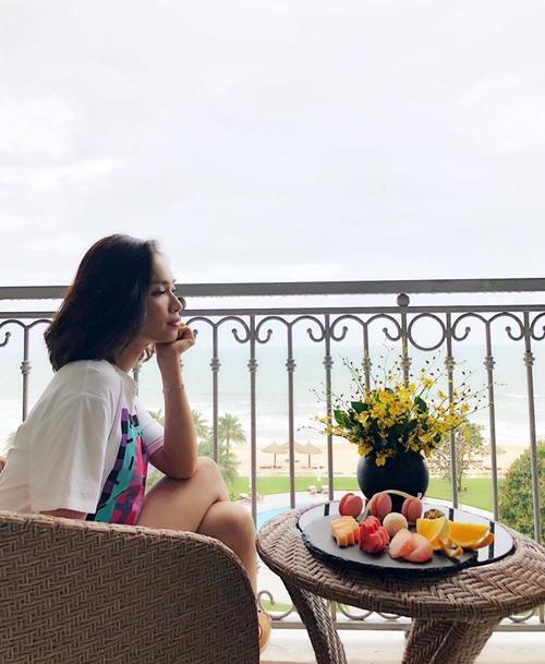 Ái Phương tận hưởng kỳ nghỉ hè ở mộtkhu resort tại Phú Quốc.