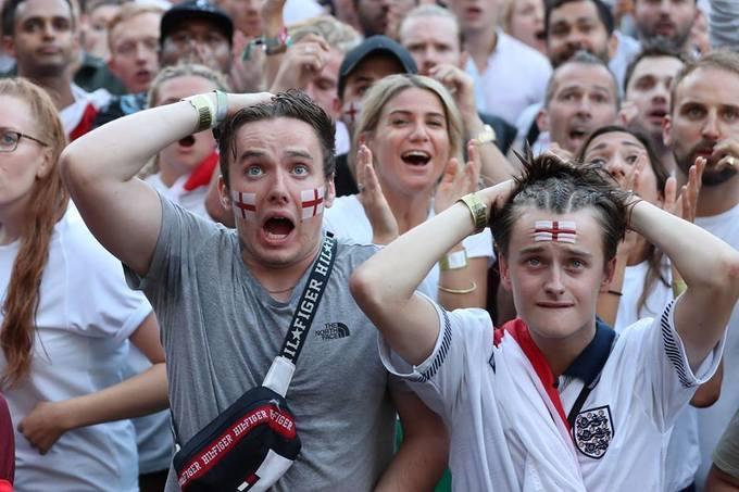<p> Những người Anh không giấu nổi sự thất vọng trên gương mặt.</p>