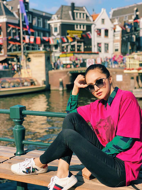 Hương Giang đang có chuyến du lịch đến châu Âu, hưởng nắng ấm của Amsterdam.