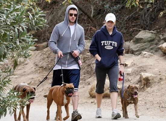 Nhiều người biết rằng Justin Timberlake rất yêu chó. Sau khi kết hôn, Justin và Jessica Biel luôn đi dạo cùng nhau với chó cưng.