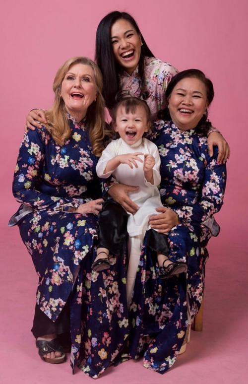 Phương Vy bên hai người mẹ quan trọng nhất cuộc đời.