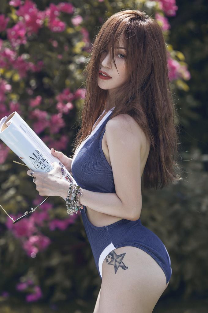 """<p> Thoát khỏi hình ảnh """"bánh bèo"""" của những ngày đầu vào showbiz, Sĩ Thanh dần theo đuổi phong cách sexy. Nữ ca sĩ được nhận xét ngày một xinh đẹp, gợi cảm hơn.</p>"""