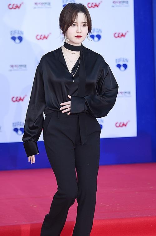 Goo Hye Sun là ngôi sao đình đám nhất trong sự kiện. Nữ diễn viên phá cách với quần ống rộng nam tính. Việc mặc cả cây đen khiến làn da quá trắng của Nàng Cỏ càng thêm lộ rõ, khiến nhiều người giật mình.