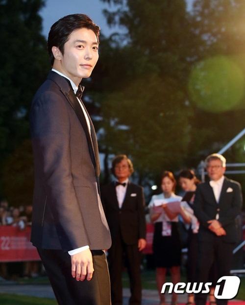 Tài tử Kim Jae Wook xuất hiện chuẩn mức với Hình ảnh thanh lịch, chuẩn nam thần.