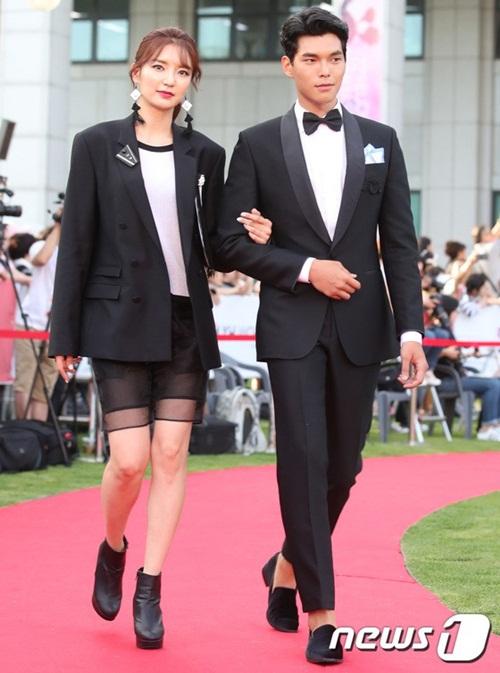 Ngoại hình sang chảnh, bộ cách thời thượng của cặp người mẫu Haneul và Han Seung Soo làm sáng bừng thảm đỏ.