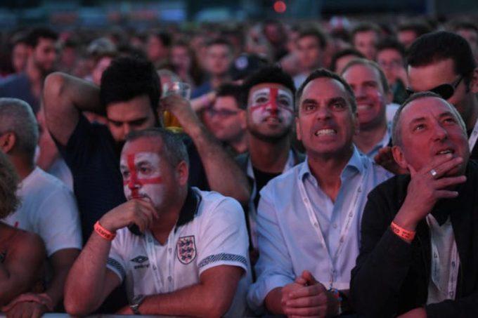 <p> Chưa kịp tận hưởng hết niềm vui sau 28 năm được góp mặt vào bán kết, người Anh đổ lệ vì bàn thua ở phút cuối.</p>