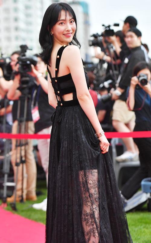 Ji Young tạo dáng tự nhiên nhưng chiếc váy có phần vải ren bị chê luộm thuộm.