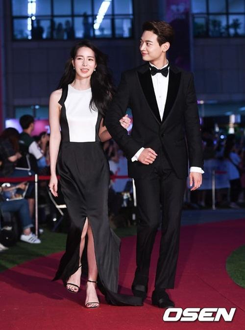 Choi Min Ho sóng đôi cùng người đẹp Lim Ji Yeon  ngôi sao nổi tiếng nhờ phim 18+. Hai ngôi sao nhìn đẹp đôi và chọn trang phục ăn ý, lịch sự.