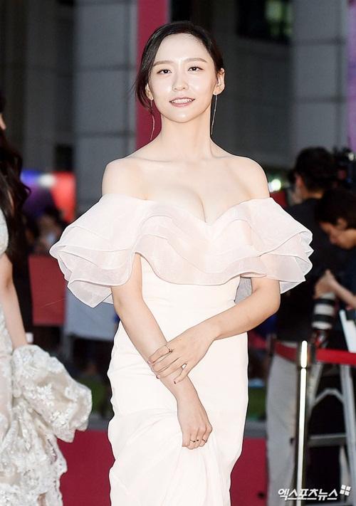 Park Ji Hyun cũng lấy việc khoe ngực ngồn ngộn để thu hút sự chú ý.