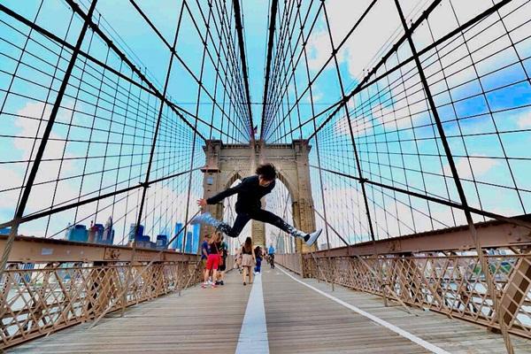 Bam Bam (GOT7) pose hình độc trên cây cầu nổi tiếng ở New York.