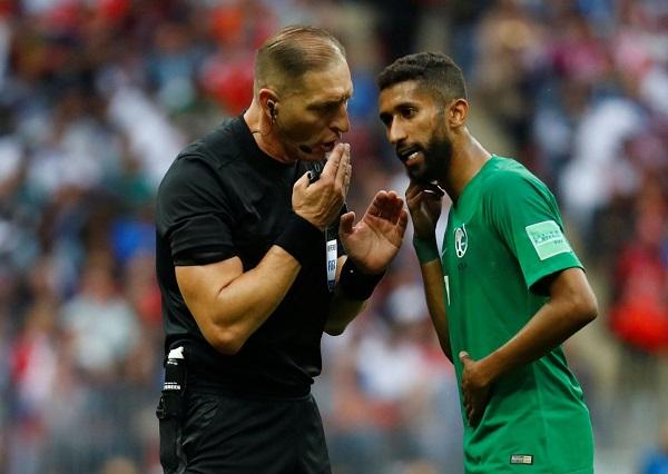 Trọng tài Nestor Pitana (áo đen) là người khá nghiêm khắc.