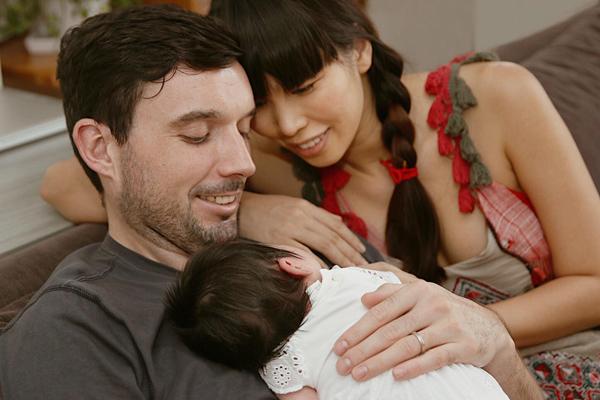 Vợ chồng Hà Anh hạnh phúc ngắm con say ngủ.