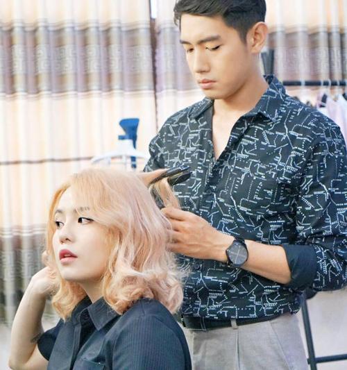 Quang Đăng tự tay làm tóc cho bạn gái Thái Trinh trước giờ diễnđúng chuẩn soái ca.