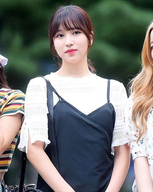Twice bắt đầu kỳ quảng bá với ca khúc mớiDance The Night Away. Mina hợp với kiểu tóc mái thưa nữ tính.