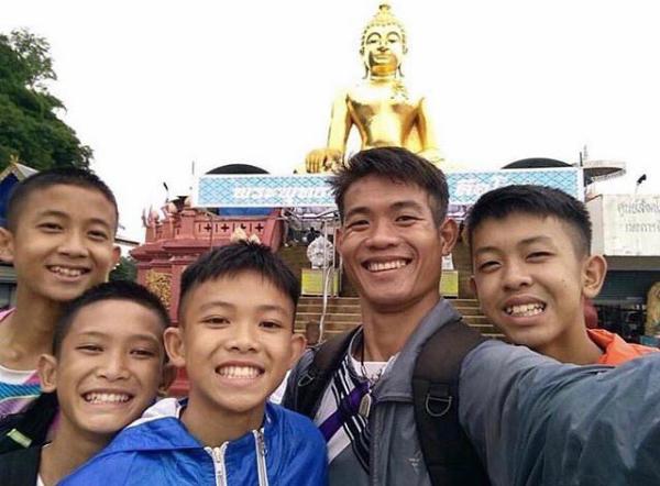 Huấn luyện viên 25 tuổi vẫn là người không có quốc tịch, theo luật của Thái Lan.