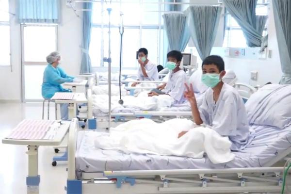 Các cậu bé sau khi rời hang Tham Luang được điều trị tại bệnh viện.