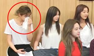 Jeong Yeon (Twice) bỗng bật khóc không ngừng khi đang đi show