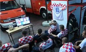 Đội lính cứu hỏa Croatia gây sốt vì 'vui bóng đá không quên nhiệm vụ'