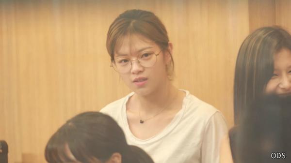 Từ đầu đến cuối, Jeong Yeon có biểu cảm trống rỗng, mất tập trung, khác hẳn sự tươi vui, năng nổ thường thấy của cô nàng.