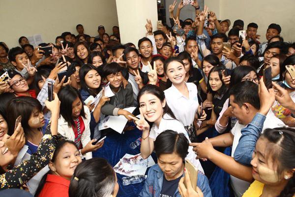 Huyền My rạng rỡ trong vòng tay của hàng trăm fan Myanmar đón cô nàng ở sân bay.