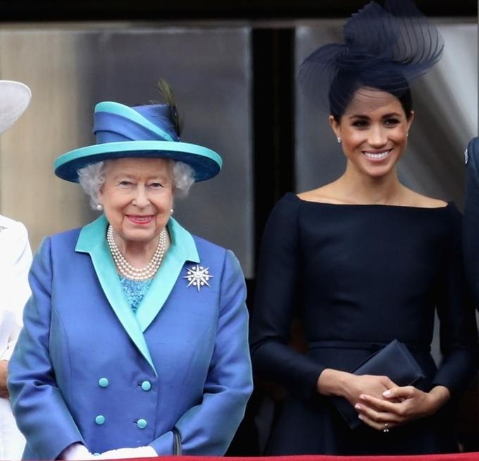 """<p> """"Nữ hoàng thực sự thích Meghan. Bà cảm thấy gần gũi, ấm áp khi ở cạnh vợ Hoàng tử Harry. Họ nói chuyện rất nhiều và có thể đùa giỡn thoải mái với nhau"""".</p>"""