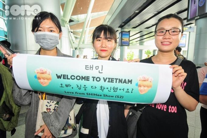 <p> Sự thân thiện của fan Việt tại sân bay.</p>