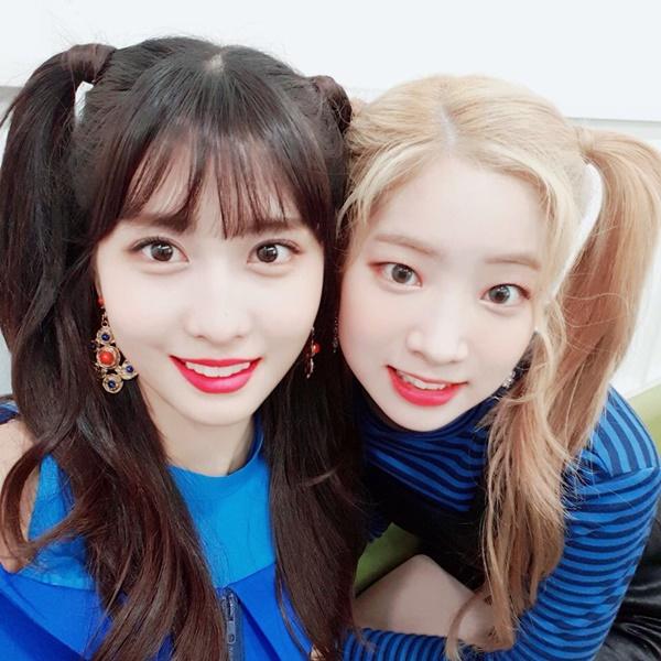 Momo và Da Hyun cùng buộc tóc hai bên ngộ nghĩnh như học sinh tiểu học.