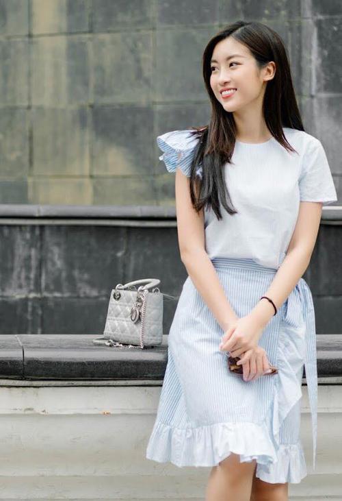 Sau 2 năm đăng quang Hoa hậu Việt Nam, Mỹ Linh vẫn được nhiều người đặt biệt danh là mỹ nhân tiết kiệm. Nằm ngoài cuộc đua hàng hiệu của các quý cô showbiz, người đẹp này chỉ bổ sung vào tủ đồ rất ít món đồ đắt đỏ. Chiếc túi Lady Dior có giá khoảng 60 triệu đồng này là một trong những phụ kiện được cô dùng rất tích cực.
