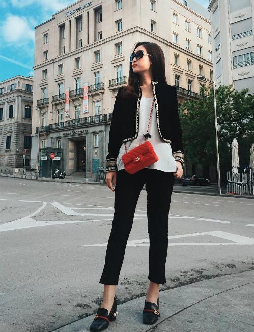 Cô còn sở hữu một chiếc túi Chanel đỏ giá khoảng 60 triệu đồng để kết hợp cùng trang phục tối màu.