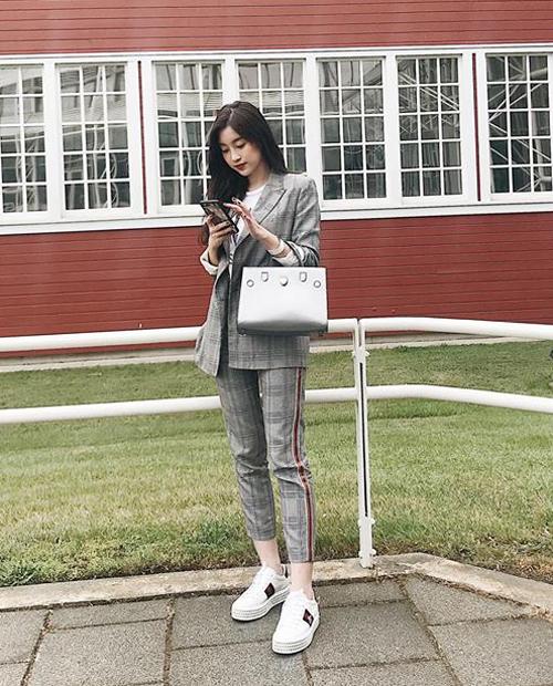 Trong một chuyến công tác tại Mỹ, người đẹp được khen diện đồ thanh lịch với cây suit bình dân, kết hợp cùng túi Diorever giá khoảng 77 triệu đồng, giày Gucci giá gần 30 triệu đồng.