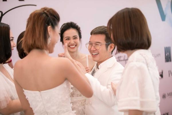 Chung Thanh Phong mang 100 thành viên từ Sài Gòn ra Đà Nẵng để hỗ trợ họ xuất hiện thật rực rỡ trên thảm đỏ show Dạo bước trên mây. Ngoài việc trang phục được thiết kế riêng, anh còn làm việc với chuyên gia make up chọn phong cách trang điểm phù hợp. Nàng Mây như là cách tôi tôn vinh, trân trọng thời thanh xuân rực rỡ của mỗi cô gái, hãy xinh đẹp, sống và yêu hết mình, NTK chia sẻ.