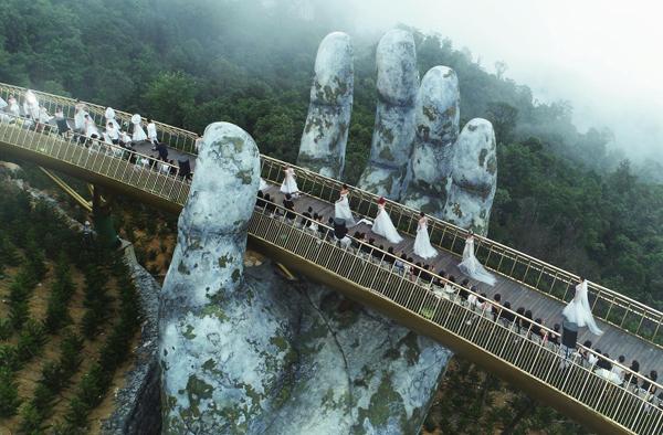 Dạo bước trên mây (Fashion Voyage) là show thời trang đặc biệt diễn ra trên cây cầu cao 1.400 m so với mực nước biển tại Đà Nẵng. Chương trình giới thiệu BST của các nhà thiết kế Chung Thanh Phong, Lê Thanh Hòa...