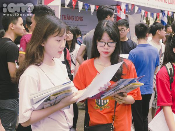 Các trường như Bách Khoa, Kinh tế Quốc Dân, Đại học Quốc gia Hà NỘi, luôn thu hút rất nhiều bạn đến để đc nghe tư vấn
