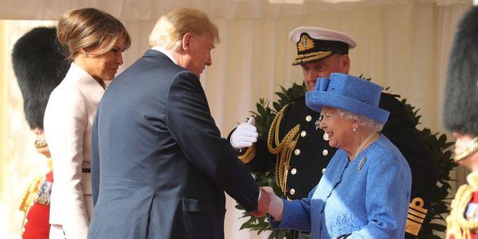 <p> Ngay sau đó, Tổng thống Mỹ còn tiếp tục phá vỡ nghi lễ ngoại giao lần thứ hai. Cụ thể, Donald Trump và Phu nhân không khom đầu cúi chào mà chỉ bắt tay khi diện kiến Nữ hoàng Elizabeth.</p>