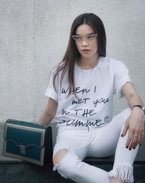 Cơn sốt áo phông giá cả chục triệu đồng vẫn đang lên ngôi trong showbiz Việt, tuy nhiên bên cạnh đó, không ít sao chẳng ngại đổi mới diện mạo bằng những món đồ giá bình dân. Gần đây, chiếc áo phông với slogan là dòng chữ uốn lượn When I met you in the summer đang tạo ra cơn sốt trong Vbiz.