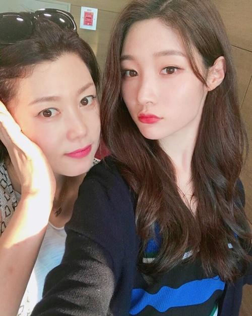 Chae Yeon (DIA) khoe mẹ trẻ đẹp như hai chị em.