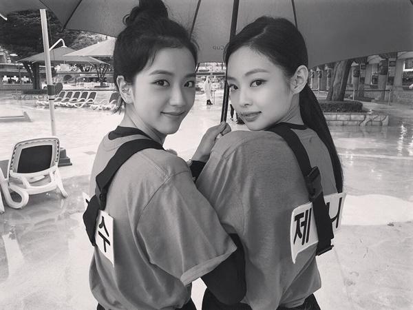 Jennie và Ji Soo tranh thủ pose hình khi cùng tham gia Running Man.