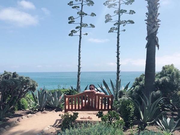 Song Hye Kyo khoe ảnh ngồi trên xích đu vừa tắm nắng vừa ngắm biển.