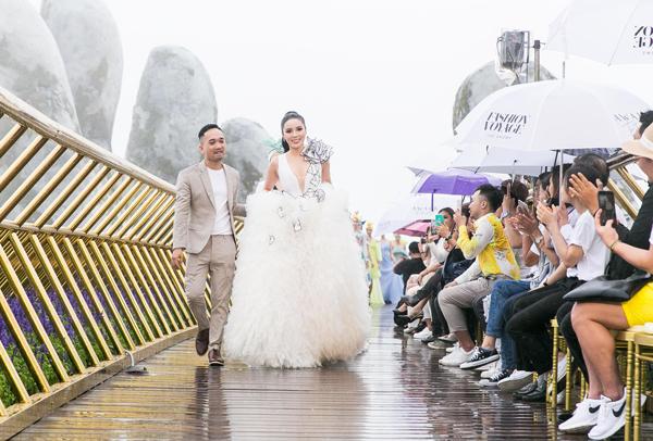Toàn bộ khách mời dù phải ngồi che ô dưới mưa nhưng vẫn rất phấn khích với màn trình diễn có một không hai này.