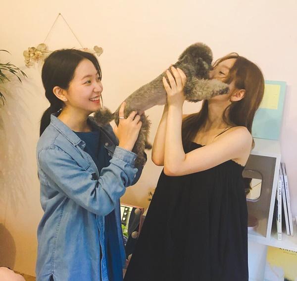 Yeri (Red Velvet) dắt cún cưng đến chơi với Tae Yeon.