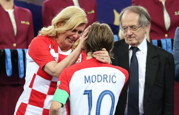 Tổng thống Croatia Kolinda Grabar-Kitarovic lau nước mắt cho Luka Modric gây sốt mạng xã hội.