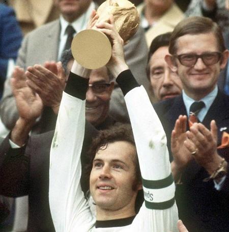Franz Beckenbauer nâng cao cúp vàng thế giới năm 1974.