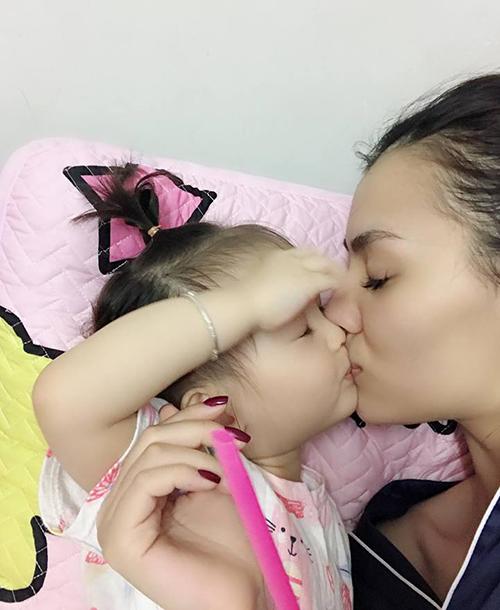 Hồng Quế chu môi hôn con gái cưng đầy tình cảm.