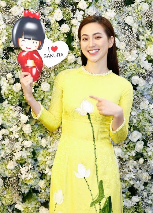 Diễn viên Phương Anh Đào dịu dàng trong chiếc áo dài hoạ tiết hoa sen.
