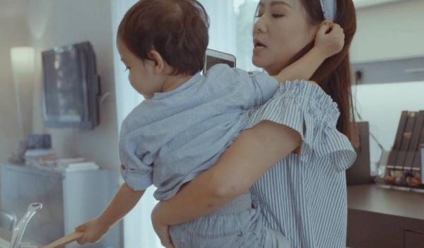 Thu Minh diễn xuất cùng con trai cưng trong MV mới.